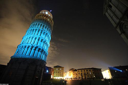 蓝光点亮比萨斜塔