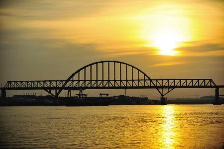 7月21日拍摄的夕阳下的闽江特大桥