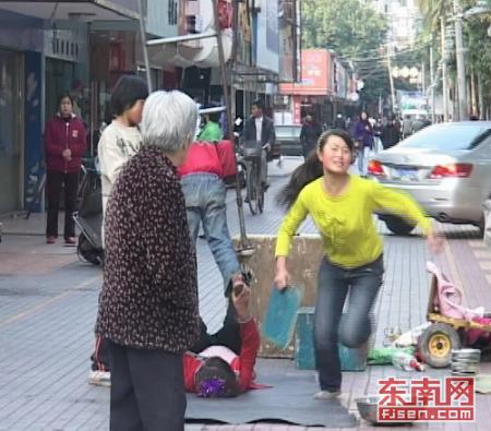 4女童街头卖艺讨钱 遇采访拿木板欲砸记者