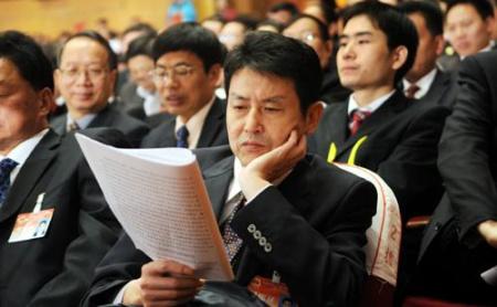 图:代表陈忠和在认真听取报告