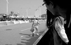 厦门马拉松赛拎包老人