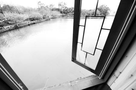 不高的窗台紧挨着沙发幼儿就是从这里坠湖的