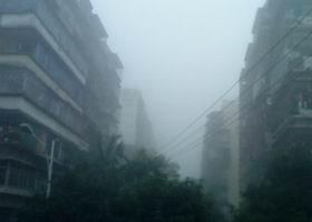 浓雾笼罩居民区