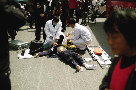 福州同学生骑电摩斑马线上被出租车撞死(组图高中高中v同学演讲稿图片