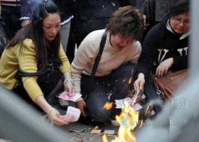 一些遇难者家属到学校门口祭奠孩子
