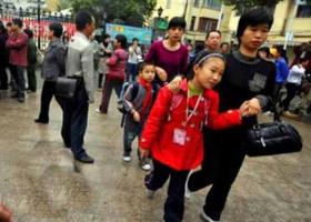 老师家长护送每一个孩子上学