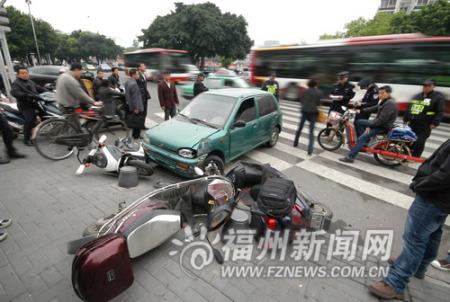 小车撞公交闹市冲进人群 三电摩车主受轻伤(图)