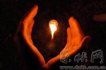 组图:20根蜡烛筑成追悼的心