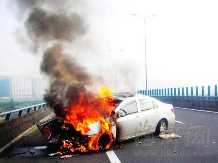 高速路上小车自燃 交通出现严重堵塞(图)