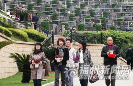 今年大多市民选择花祭扫墓