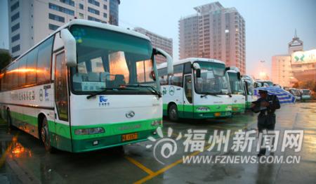 """省体""""激情广场""""成大巴停车场 市民有争议(图)"""