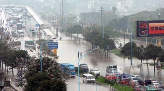 五四北琴亭高架桥被淹交通瘫痪