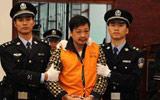 被告郑民生被压入庭审现场