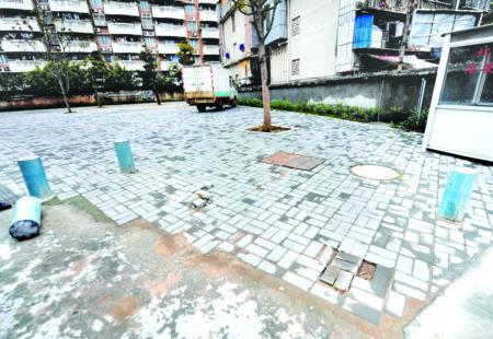 隔离铁桩遭人故意破坏 小区休闲地成停车场(图)