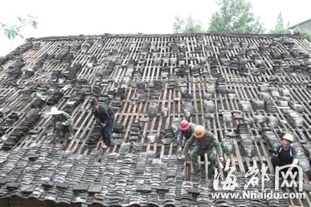 建阳将口镇村民修盖受损的屋顶