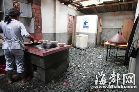 村民只能在满地瓦砾的屋里做饭
