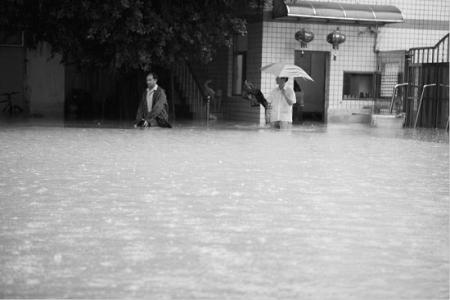 大水淹到了膝盖
