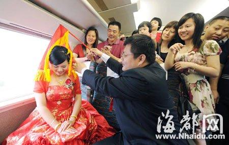 车厢上新郎掀起新娘的盖头