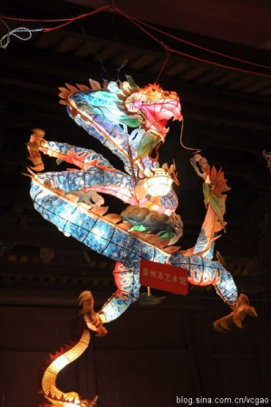 彩扎灯:花灯工匠用纸捻将竹篾绑扎成灯的骨架