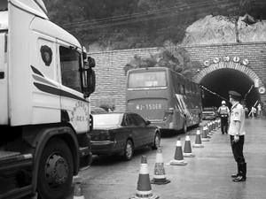 福州金鸡山隧道渗水检测 车龙排到福飞路口