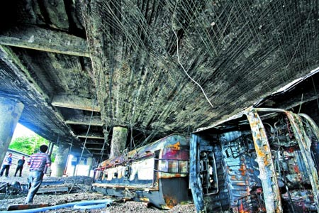 油罐车起火烧坏高架桥 事发324国道洛江段