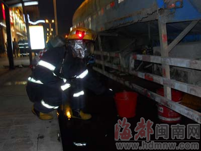 消防人员正对油罐内的二氯乙烷接驳,分流到其它装置内。