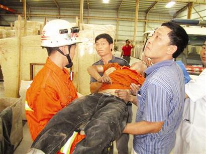 泉州南安一石材厂一工人高空作业 热晕在半空中(图)