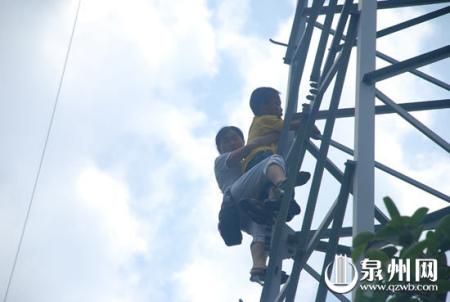 """怀疑丈夫包""""二奶"""" 少妇抱幼子爬上高压电线塔"""