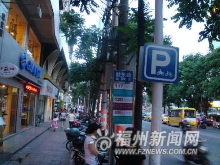 """井大路属非禁行路段,其两侧的""""鼓东路公交站""""旁都设有两车停放点"""