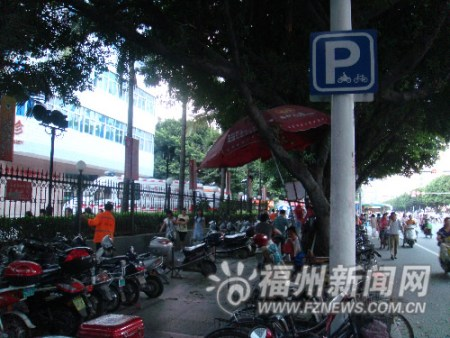 省立医院门前的两车停放点昨日爆满,所停放的车辆中,不符合通行标准的车辆仍占多数