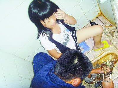 小女孩浴室打滑洗澡被下水道卡住脚(图)女生壁纸图片可爱大全图片