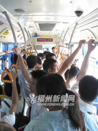 限摩限电首日公交客流平稳 43条线路增运营趟次(组图)