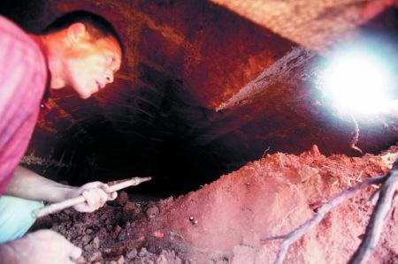 修高速路挖到古墓 陪葬品已被偷光只剩个别碎片