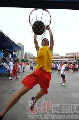 球迷们扣篮姿势颇有球星风采-泉州市区丰泽广场球迷秀球技图片