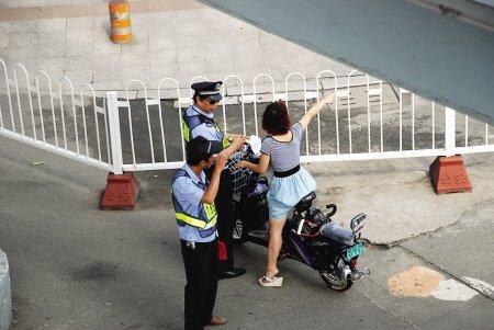 民警拦下违反交通规则的电动自行车