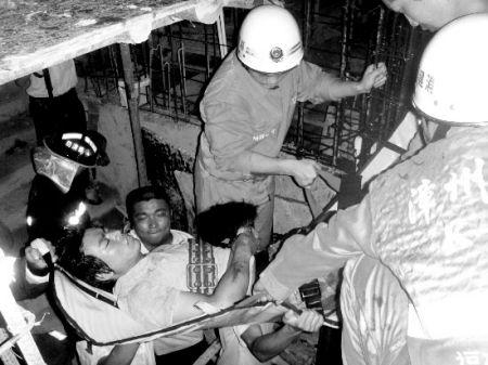 4名工人挤在不足两平方米的塔吊平台上拆解塔吊标准