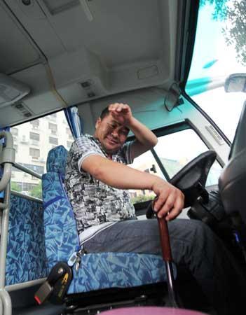 福州一旅游大巴忽然横停 一群警察立马围上(组图)