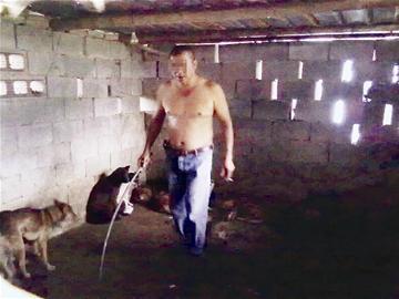 记者用隐蔽镜头拍下狗肉贩挑狗镜头