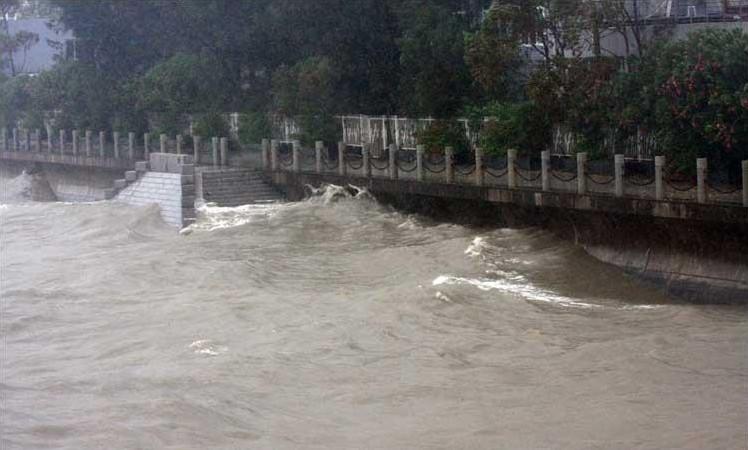 厦门:风暴潮不断拍打着海堤