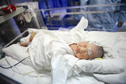 刚出生的婴儿生命垂危图片