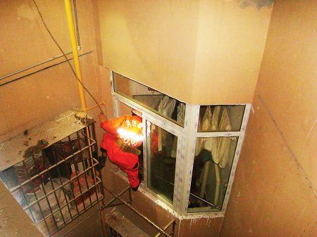 消防人员在10层高的楼外爬窗