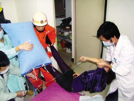 医护人员在抢救轻生女子