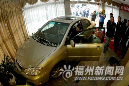 小车吼叫冲进福州桑拿店 玻璃门碎一男子受伤(图)