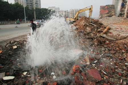 """福州福飞路""""裸拆""""房还没整改 又挖破自来水管(图)"""