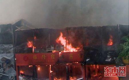 今日中午1点20分左右,屏东车站旁的一排工地板房发生大火