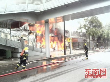消防人员正在救火
