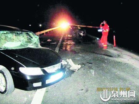 黑色小车左前方被撞毁