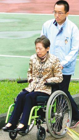 龙潭案判刑定谳后,吴淑珍(前)昨天首度在儿子陈致中(后)陪同下,前往台北看守所,探视陈水扁;会客结束后,母子神情低落地步出北所。