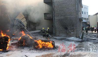 消防官兵正在扑灭燃烧着的海绵