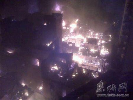 由于现场都是木屋结构,火势很猛